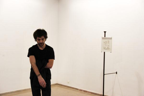 Joan Bennassar durant l'exposició de presentació de les Beques per a la Creació Artística 2014-2015